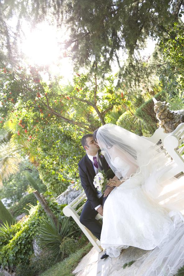 Los novios se besan en la jaula de los exteriores de la Finca el Olivar